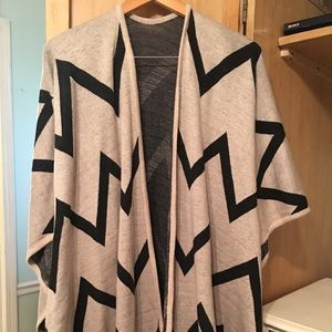 Tops - Beautiful boutique poncho!!! 😍